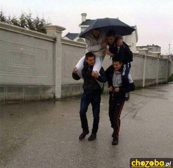 Czterech gości jeden parasol