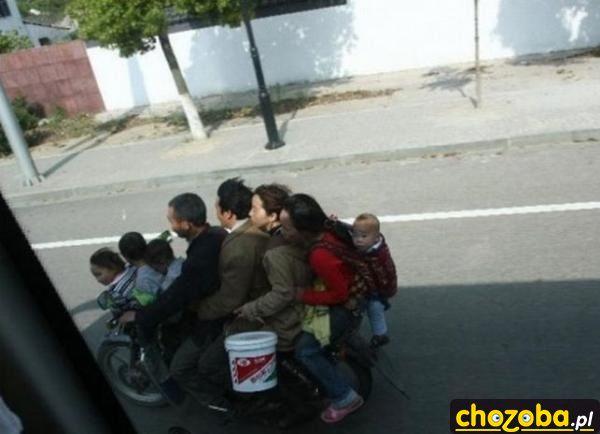rodzina-jedzie-na-motorze