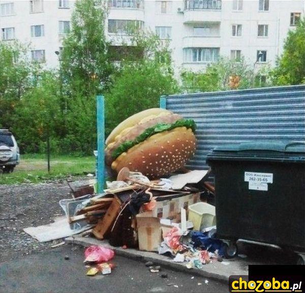 Hamburger na śmietniku